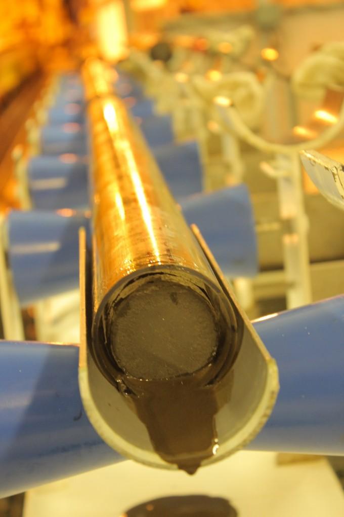 시추공은 가는 기둥 모양으로 땅을 파는 작업이다. 시료를 채취해 깊이별로 지층을 연구하기 사용한다. 사진은 바다 밑 1.2㎞ 깊이에 시추공을 뚫고 채취한 샘플의 모습이다. 사진제공 루크 리오론
