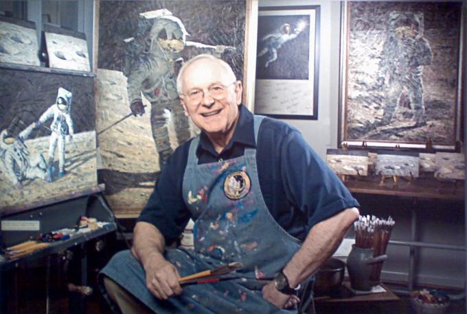 달에 선 우주인을 그린 그림 앞에 선 앨런 빈. 그는 달에 네 번째 간 우주인이자, 우주를 다녀온 첫 번째 화가였다. -사진 제공 미국국립항공우주박물관