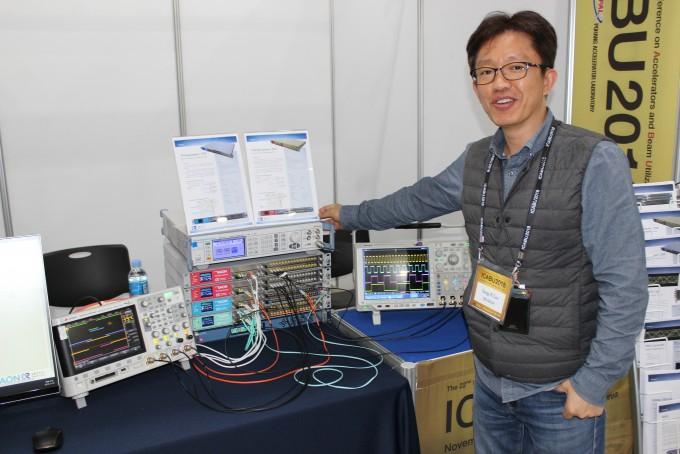 이상일 기초과학연구원(IBS) 중이온가속기건설구축사업단 제어연구그룹장이 최근 국산화에 성공한 타이밍시스템을 소개하고 있다. - IBS 제공