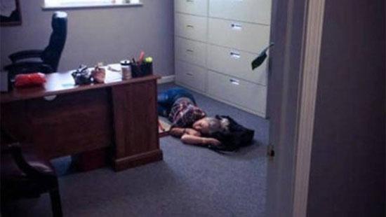사무실 바닥에서 꿀잠 자는 회사원