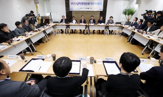 유전체 의학 시범사업, 돌봄로봇 개발...4차산업혁명위 2기 첫 회의 열려