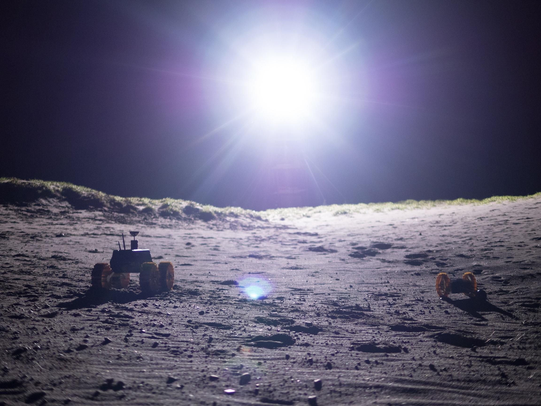 구글 루나 X프라이즈에 참가한 일본의 하쿠토(HAKUTO) 팀이 개발한 달 탐사 로버.  달 표면과 유사한 지역에서 필드 테스트를 진행하고 있다.