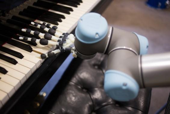 英연구진,3D프린터로 제작한 로봇손으로 크리스마스 캐럴 연주 성공