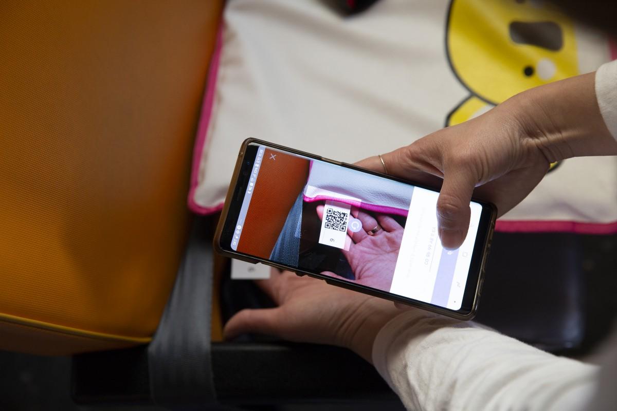 한국생산기술연구원 관계자가 어린이 확인 방석을 사용하기에 앞서 스마트폰과 블루투스로 연결하고 있다. 한국생산기술연구원 제공