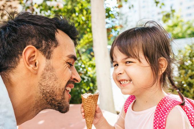 아버지가 없는 가정에서 자란 딸이 보다 이른 사춘기를 경험한다는 사실은 수십 년 전부터 알려졌습니다. 게티이미지뱅크 제공