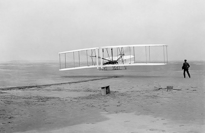 라이트 형제가 첫 동력 비행을 기록한 날의 모습. John T. Daniels(W)