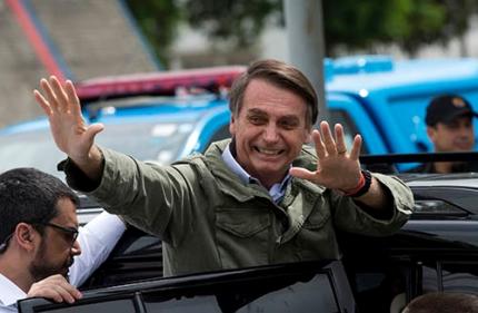 """브라질의 트럼프 """"국민적 단결 이루겠다"""" 브라질 대선 결선투표가 실시된 28일 극우 성향의 자이르 보우소나루 사회자유당 후보가 리우데자네이루에서 투표 후 지지자들에게 손을 흔들고 있다-동아일보 DB 제공"""