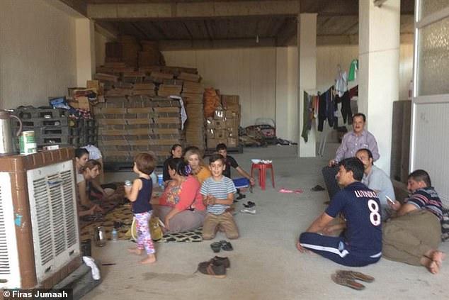 주마 박사와 그의 가족들을 포함한 야지디족은 IS를 피하기 위해  폐 표백 공장에 숨어 지냈다. -피라스 주마 제공