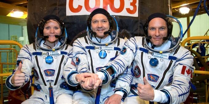 미국항공우주국(NASA)앤 매클레인(왼쪽), 러시아 우주비행사 올레그 코노넨코(가운데), 캐나다우주국 다비드 생-자크 등 3명의 우주인은 한국시각 3일 오후 8시 31분 카자흐스탄 바이코누르 우주기지에서 발사 예정인 소유즈 FG 로켓을 타고 국제우주정거장으로 향할 예정이다. - NASA 제공