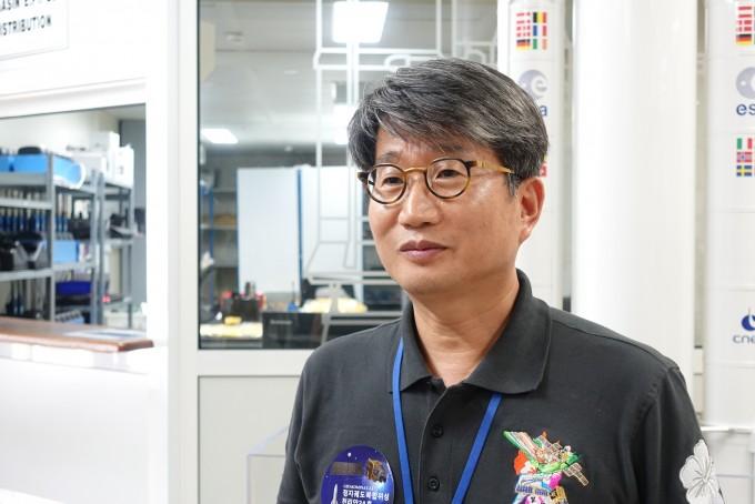 현장에서 만난 최재동 한국항공우주연구원 정지궤도복합위성사업단장. - 기아나=사진공동취재단