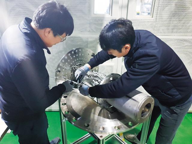 한국기계연구원 연구진이 캐나다에서 자체 개발한 300메가와트(㎿)급 저공해 가스터빈 연소기의 성능 검증위한 마지막 점검을 진행하고 있다-한국기계연구원 제공