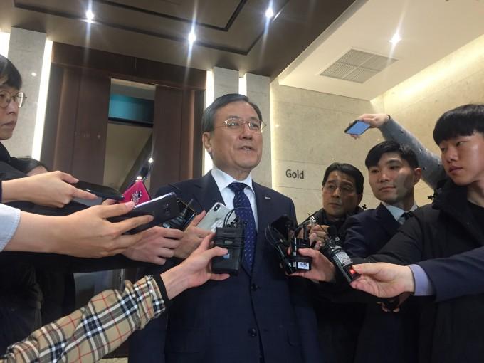 신성철 KAIST 총장이 14일 서울 양재동 엘타워에서 열린 이사회에서 직무정지 결정이 유보된 직후 기자들에게 입장을 밝히고 있다. 윤신영 기자