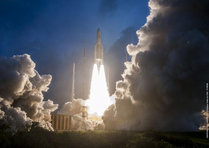 5일 오전 5시 37분(한국 시간) 남미 프랑스령 기아나 우주센터에서 한국의 정지궤도 기상관측위성 '천리안 2A호'와 인도의 통신위성인 'GSAT-11'를 실은 프랑스의 우주발사체 '아리안 5ECA'이 발사된 모습. - 프랑스 아리안스페이스 제공