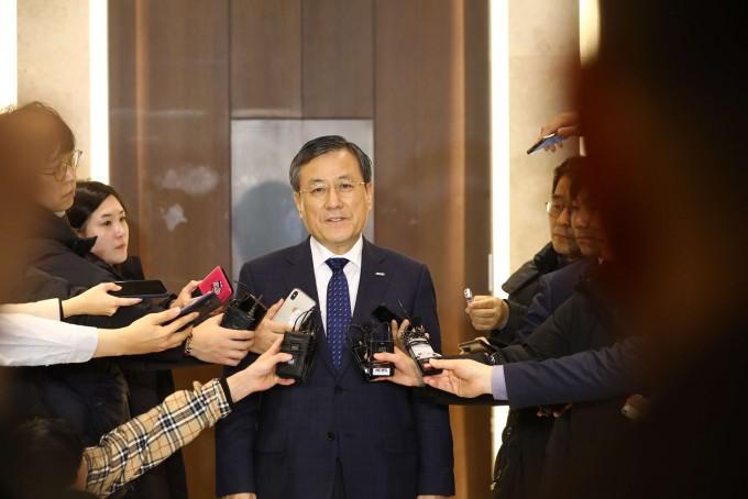 직무정치 유보 결정이 난 이사회 직후 인터뷰 중인 신성철 KAIST 총장. -사진 제공 KAIST
