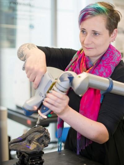 런던 자연사박물관 3D시각화실험실의 에이미 스콧 머레이 박사가 공룡의 두개골을 디지털화하기위해 컴퓨터 단층 촬영 장비로 작업을 진행하고 있다.-런던자연사박물관 제공