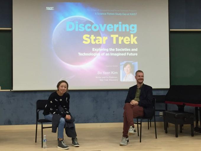 11월 16일, KAIST에서 SF 팬들과 만나 질문을 듣고 있는 김보연 작가(왼쪽). 대전=윤신영 기자