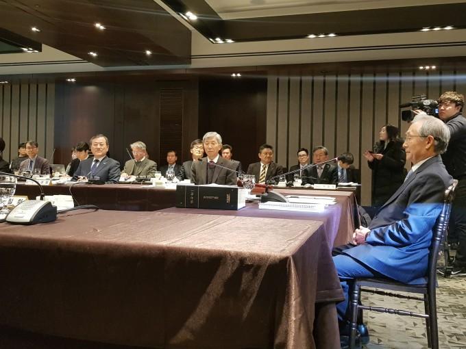 14일 사상 초유의 KAIST 총장 직무정지 의결안이 상정된 KAIST 이사회 현장. 신 총장(왼쪽)과 이장무 KAIST 이사장(오른쪽)이 무거운 분위기 가운데 아래를 내려다 보고 있다. - 송경은 기자 kyugneun@donga.com