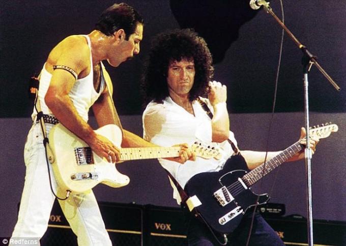 영국의 록밴드 퀸의 보컬 프레디머큐리(왼쪽)과 기타리스트 브라이언 메이의 공연 모습이다.-위키백과 제공