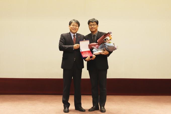 한국기계연구원 박천홍 원장(왼쪽)과 김봉기 책임연구원(오른쪽)이 27일 열린 제42회 창립기념식에서 최우수연구상 시상식을 갖고 기념 사진을 찍고 있다. -한국기계연구원 제공