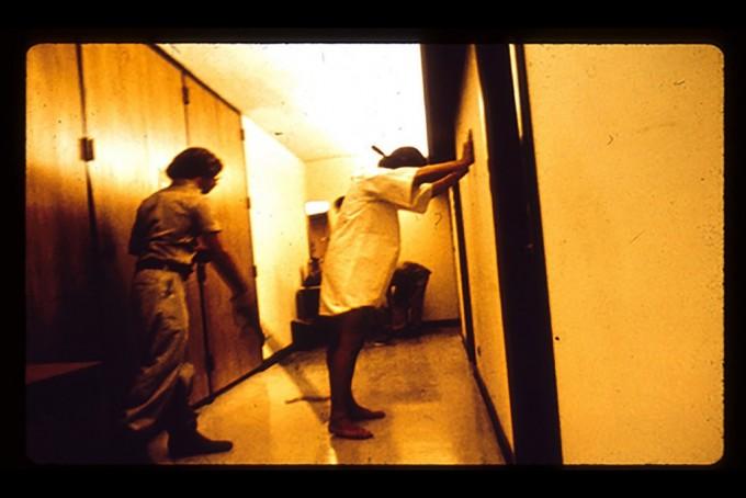 환경이 인간의 본성을 좌우한다는 스탠포드 감옥 실험 모습. -PrisonExp.org 제공