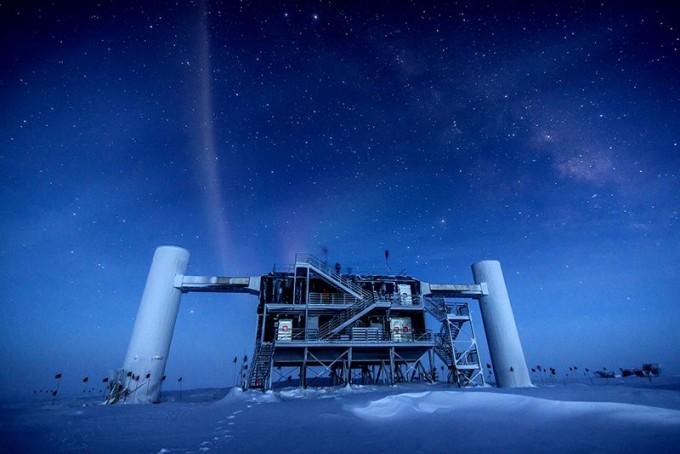 극지방에서는 우주에서 오는 작은 입자를 찾아 그 기원을 밝히는 연구가 진행중이다.-미국과학재단 제공