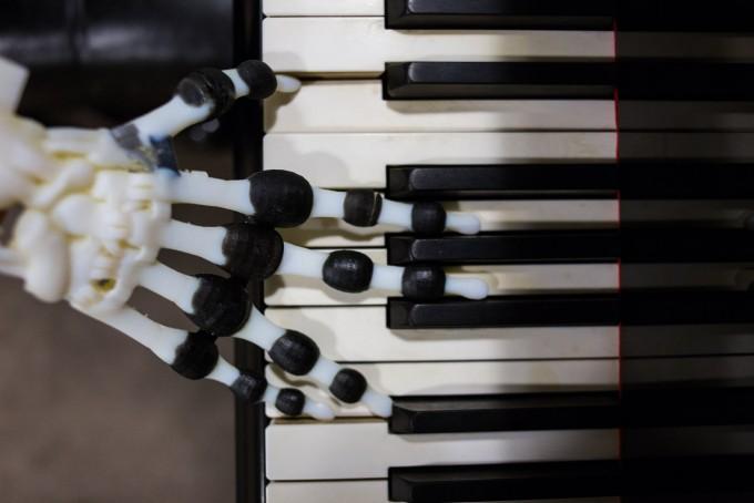 연구진은 3D 프린터로 하얀색 뼈 사이사이 검은색 인대가 들어간 로봇 손을 제작했다. -조시 휴스 제공