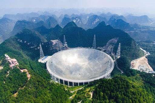 중국의 구형 전파망원경(FAST) '톈옌(天眼)'. 지름이 500m로 세계 최대 크기인 이 망원경은 중국 남서부 귀저우 지방의 언덕 사이에 건설돼 있다. - 중국과학원 제공