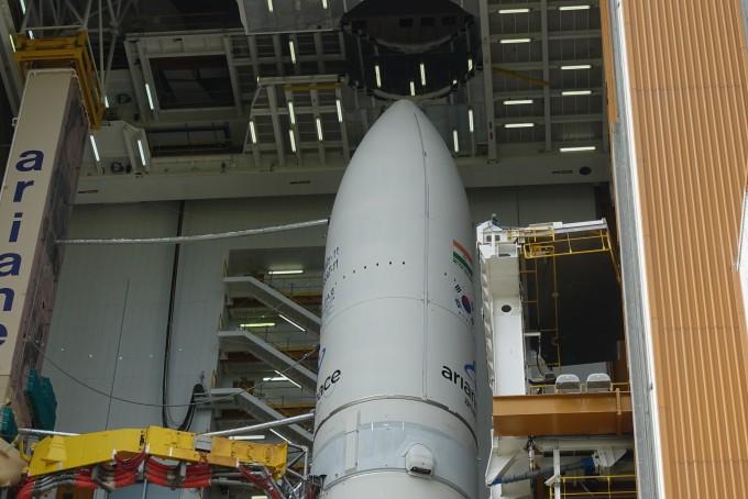 천리안 2A호와 인도의 통신위성 GSAT-11이 실린 아리안 5ECA 로켓 상단부. - 기아나=사진공동취재단