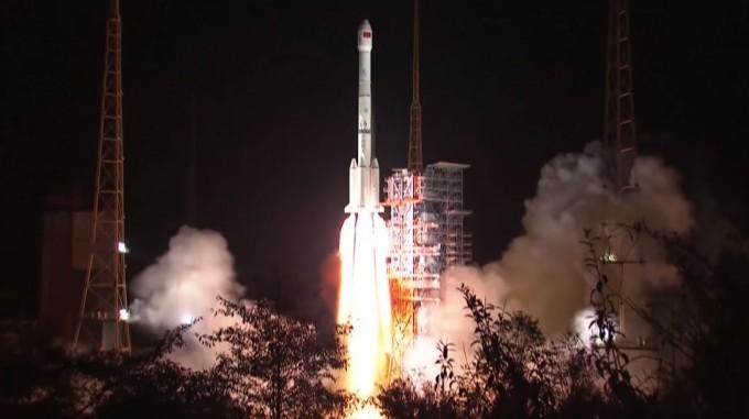 사상 최초로 달 뒷면에 착륙을 시도할 예정인 중국의 탐사선 '창어 4호'가 8일 오전 3시 23분(현지 시간 오전 2시 23분) 중국 쓰촨성 시창위성발사센터에서 중국의 우주발사체 '창정(롱 마치) 3B'에 실려 성공적으로 발사됐다. - 중국국가항천국 제공