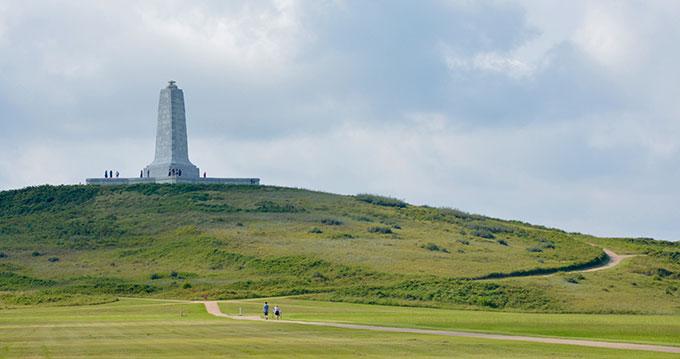 라이트 형제가 첫 동력 비행에 성공한 킬데빌 언덕. 언덕 위 기념비가 보인다. Yuming Huang(W)