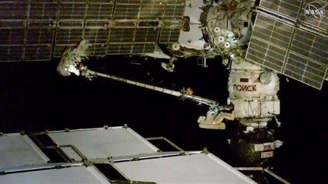 러시아 우주인이 11일(현지 시간) 소유스 MS-09 캡슐에 생긴 구멍을 확인하고 세부 조사를 위한 샘플을 얻기위해 우주유영 임무를 실시했다.-미국항공우주국 제공