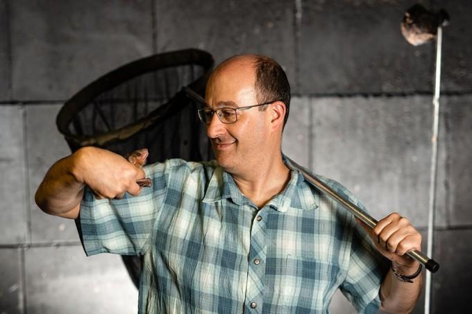 나춤 울라노브스키 교수는 박쥐를 연구하기 위해 200미터의 동굴을 만들었다. -네이처/데이비드 바크닌 제공