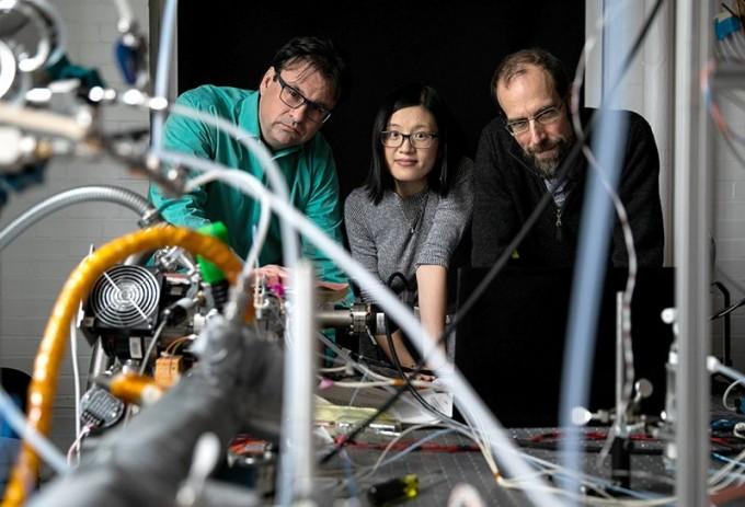프랭크 케우치 미국 하버드대 교수는 하늘에 재를 뿌려 지구를 식히는 실험을 할 계획이다. 왼쪽부터 프랭크 케우치 교수, 젠 다이 연구원, 데이비드 케이트 연구원 –네이처/카야나 심차크 제공