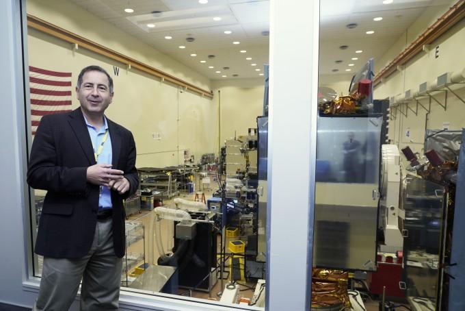 알프레드 타도로스 SSL 우주기반시설 총괄 부사장이 달 궤도 정거장인 ′딥 스페이스 게이트웨이(Deep-Space Gateway)'에 적용할 수 있는 위성 기술을 설명하고 있다.