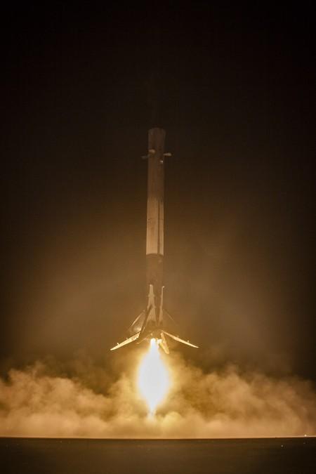 미국 스페이스X의 재사용로켓 '팰컨9'이 발사 후 지상으로 돌아와 다시 착륙하는 모습. -사진제공 스페이스X