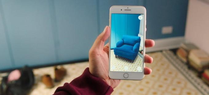최근 쇼핑에서도 가구나 패션을 AR앱을 통해 시뮬레이션하는 기능이 활용되고 있습니다. IKEA 제공