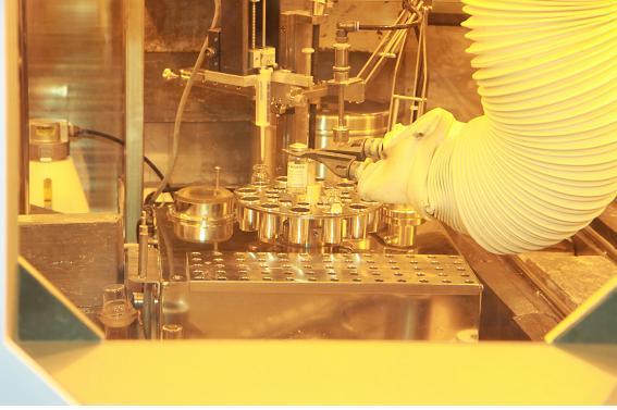 한국원자력연구원이 개발한 국내 첫 동물용 방사성의약품 '싸이로키티'를 생산하고 있는 모습. - 원자력연 제공