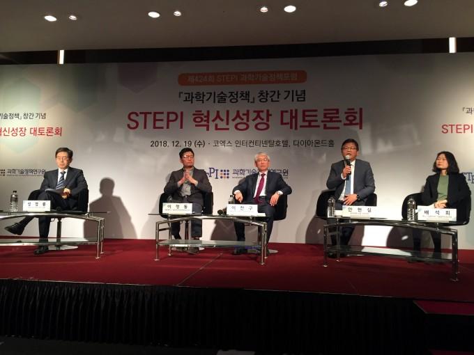 19일 서울 코엑스에서 개최된 ′STEPI 혁신성장 대토론회′에서 패널 참석자들이 토론하고 있다. 이날 과학기술이 기업, 특히 중소기업의 혁신을 이끌 여러 방안이 논의됐다. -윤신영 기자