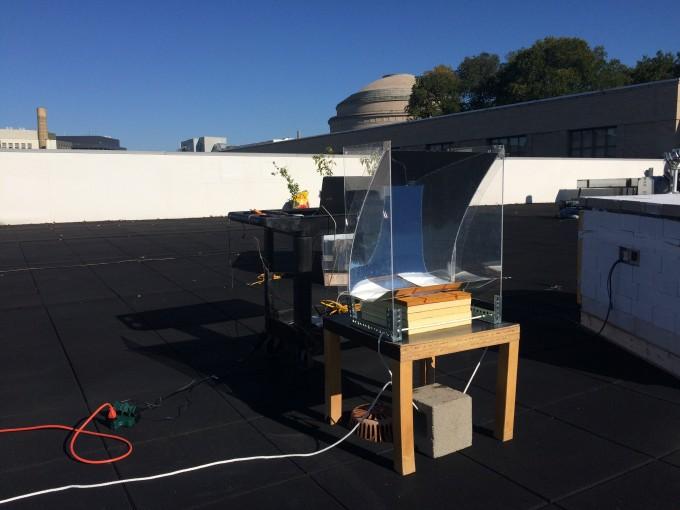 미국 매사추세츠공대(MIT) 강 첸 교수 연구팀은 햇빛을 받아 효율적으로 물을 끓일 수 있는 장치를 개발했다. -토마스 쿠퍼 제공