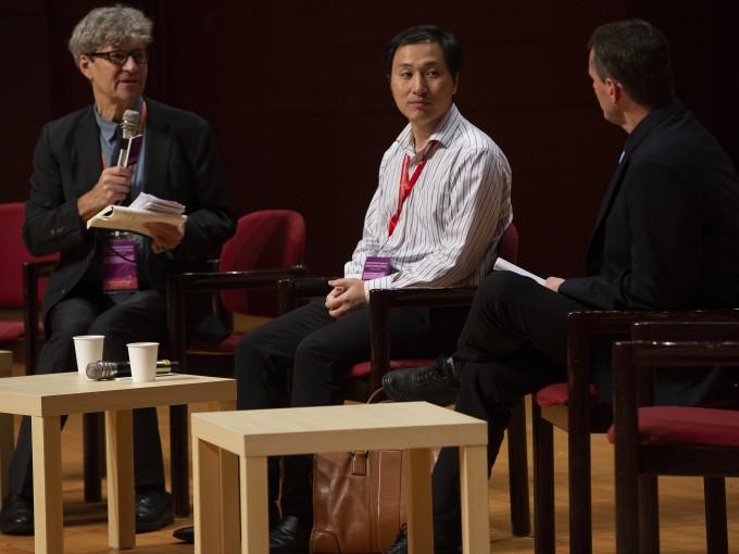허젠쿠이 중국 난팡과학기술대 교수(가운데)가 28일 홍콩에서 열린 인간유전체교정 콘퍼런스에서 유전자를 수정한 쌍둥이 아기를 태어나게 하는데 성공했다고 밝혔다-AP 연합뉴스 제공