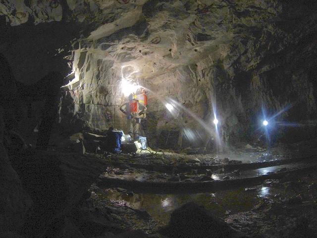 과학자들은 지하 깊은 곳에서 지하 생명체들을 찾고 있다. 미국 뉴욕주 플랫아이언 연구소 카라 마그나보스코 연구원 연구팀은 남아프리카 공화국의 베아트릭스 금광 속 지하 1.3㎞ 깊이에서 미생물들을 찾았다. -가에탕 보로니, 바바라 셔우드 롤라 제공