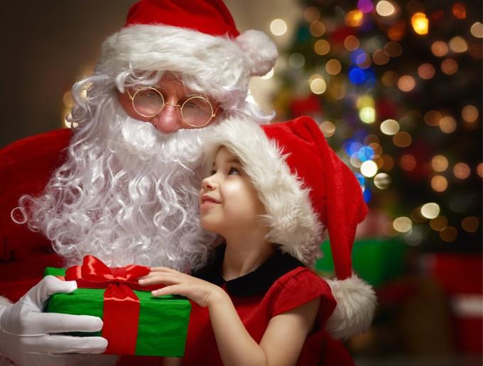 크리스마스를 하루 앞둔 24일 밤 산타클로스는 아이들에게 선물을 주기 위해 온 지구를 누빈다. 성인의 3분의 1은 나이를 먹고나서도 산타를 믿는다는 연구 결과가 나왔다.게티이미지뱅크