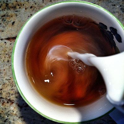 아삼종 찻잎으로 만든 아삼 홍차는 카페인 함량이 다소 높지만 진하고 깊은 맛을 내 밀크티를 만들기에 좋다. 위키피디아 제공