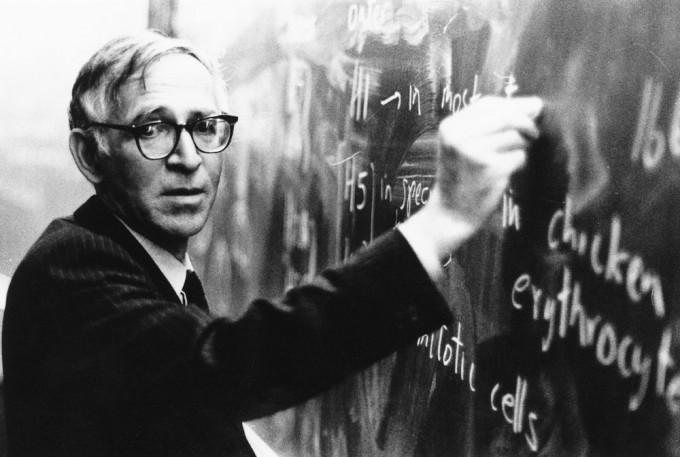 강의 중인 영국의 화학자 에런 클루그 박사. - 사진 제공 영국 분자생물학연구소