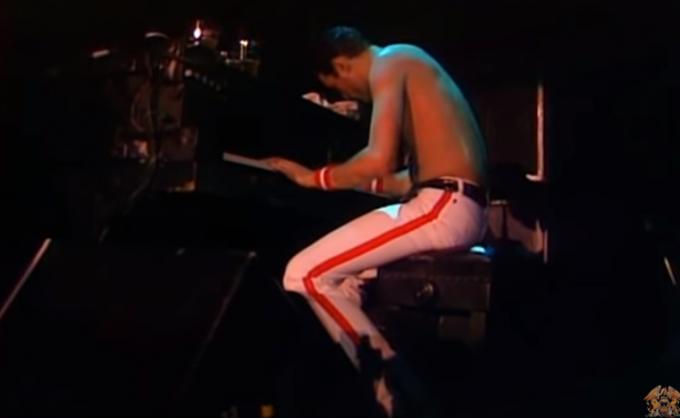 보헤미안 랩소디를 부르고 있는 프레디 머큐리. 1982. ′퀸′ 공식 유투브 캡쳐