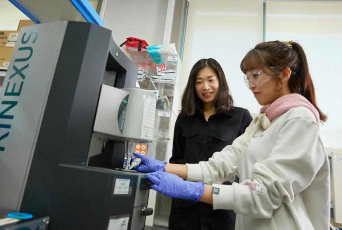 김소연 교수(왼쪽)와 심율희 연구원(오른쪽)이 산화 그래핀 용액의 특성에 대해 논의하고 있다. -사진 제공 UNIST