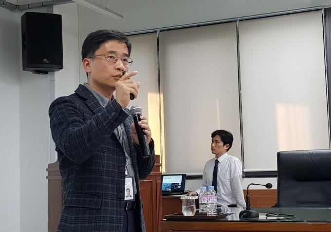 홍릉 클러스터링 추진단의 김현우 한국과학기술연구원(KIST) 기술정책연구소 정책기획팀장이 홍릉형 R&DB 모델인 'H-TRAIN'에 대해 소개하고 있다. - 송경은 기자 kyungeun@donga.com