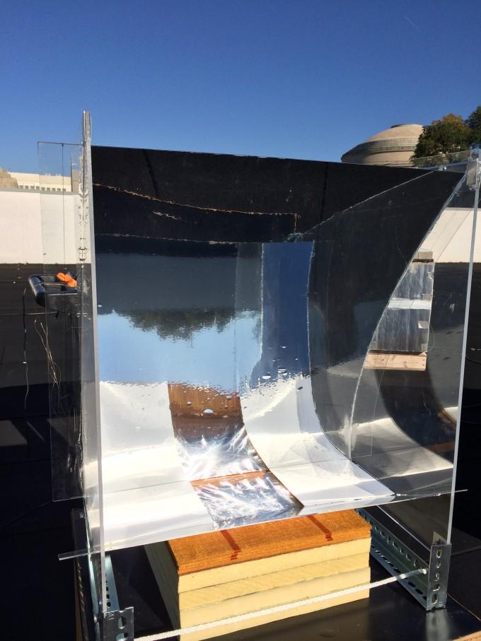 연구진은 건물 옥상에서 장치를 설치했더니 3시간 30분동안 고온의 증기를 발생시켰다고 밝혔다. 오목 거울에 반사된 빛이 장치로 모여 증기를 형성하고 이 증기가 유리에 붙어 응결돼 깨끗한 물로 정수된다. -토마스 쿠퍼 제공