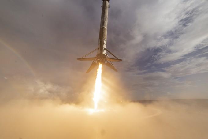가장 최근인 지난달 5일 스페이스X가 쏘아올린 재사용로켓 팰컨9이 해상 바지선 위에 착륙하는 모습. - 스페이스X 제공