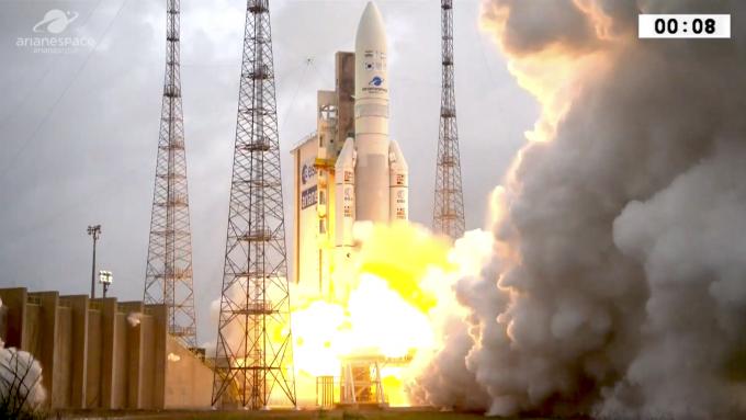 5일 오전 5시 37분(한국 시간) 남미 프랑스령 기아나 우주센터에서 한국의 정지궤도 기상관측위성 '천리안 2A호'와 인도의 통신위성인 'GSAT-11'를 실은 프랑스의 우주발사체 '아리안 5ECA'이 발사된 모습. - 유럽우주국(ESA) 제공